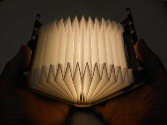 NHKの「サキドリ」で全国放送していただいたブック型ライト「Shell-Light」デニムの画像