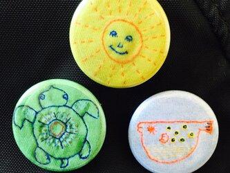 手仕事の刺繍 フグ カメ 太陽 缶バッヂの画像