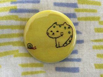 ブサ猫刺繍の缶バッヂの画像