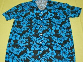メンズ・アロハシャツ 黒地に青のハイビスカス柄 半袖の画像