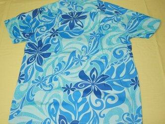 メンズ・アロハシャツ 半袖 水色地にブルー系の花柄の画像
