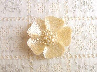 貝のような輝き 白いお花のブローチの画像