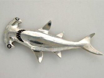 シュモクザメ ブローチの画像