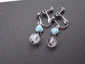 ブルーローズとクラック水晶のイヤリングの画像
