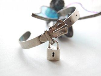 鍵付ベルト型バングル[SILVER950]の画像