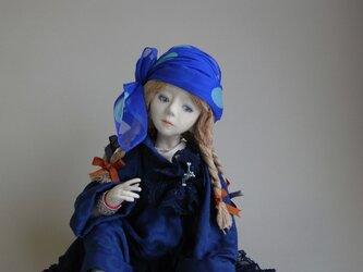 青い服の少女の画像