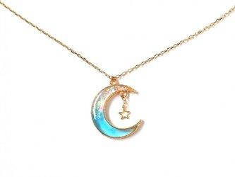 煌めく青い月のネックレスの画像
