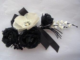 バラとポピーと小花のモノトーンコサージュ(リボン付き)の画像