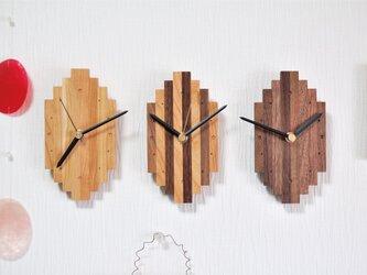 木で作ったシンプル掛け時計の画像