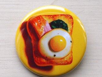 【新作】目玉焼きのせパンの缶バッジの画像