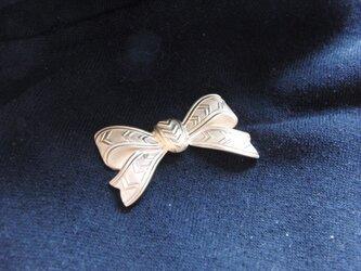 真鍮ブラス製 リボンデザイン ハットやバッグにピンズブローチの画像