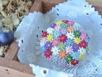 つぶつぶ花刺繍のブローチの画像