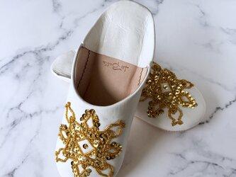 手縫い刺繍の上品バブーシュ リハナ 白×ゴールドの画像