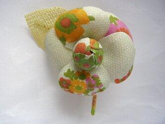 レトロプリント・カメリアコサージュ(黄緑系)の画像