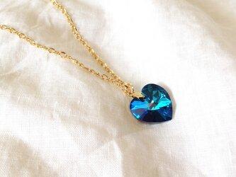 深く青いハートのネックレスの画像