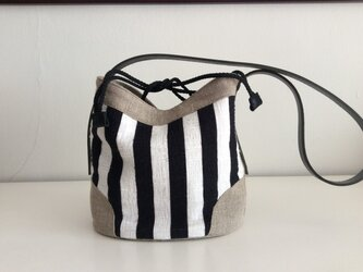 白黒ストライプのバケツ型ミニバッグ<送料無料>の画像