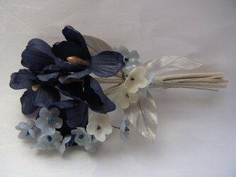 紺色の花とキラキラ小花のコサージュの画像