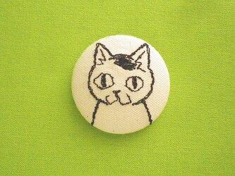 くるみボタンの刺繍ブローチ(ぶち)の画像