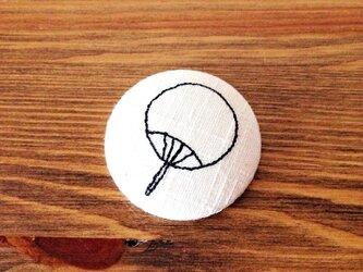 刺繍ボタンブローチ 「うちわ」の画像