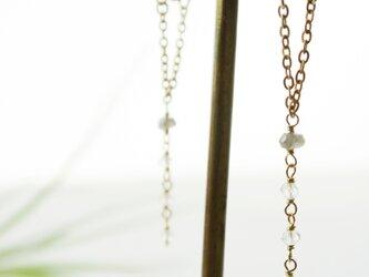 【U-shaped】極小水晶とラブラドライトのポストピアスの画像