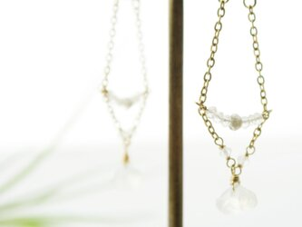 【U-shaped】極小水晶とムーンストーンのポストピアスの画像