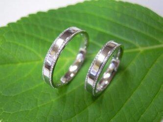 結婚指輪 手作り(鍛造&彫金)プラチナ光沢 小さなミルグレイン 幅広フラットリングの画像