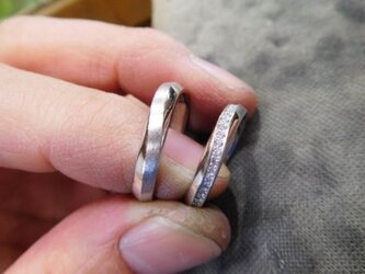 結婚指輪 手作り(鍛造&彫金)プラチナ製 メビウスリング 女性にはダイヤがエタニティ風に入りますの画像