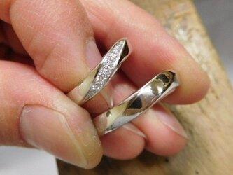 結婚指輪 手作り(鍛造&彫金)プラチナ製 メビウスリング 女性はダイヤをグラデーションで彫り留めの画像