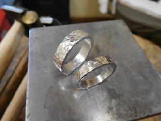 結婚指輪 手作り(鍛造&彫金)プラチナ製 細かく深い槌目(つちめ) 男性5.5ミリ幅 女性4.0ミリ幅の極太の画像