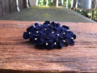 革花のスリーピン 楕円(花芯付き) 紺の画像