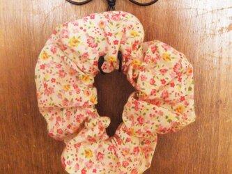 小花柄のシンプルシュシュ(ピンク)の画像