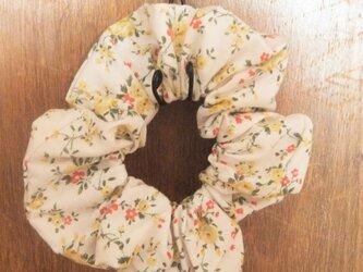 小花柄のシンプルシュシュ(野の花2種)の画像