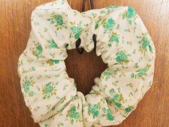 グリーン薔薇柄のシンプルシュシュの画像