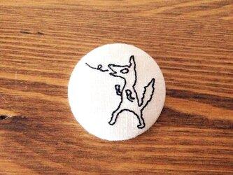 刺繍ボタンブローチ 「藁の家を吹き飛ばすオオカミ」の画像