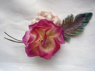 鳥の羽と南国の花コサージュ(ピンク×パープル系)の画像