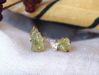 原石のグリーンガーネットとダイヤモンドクォーツのピアスの画像