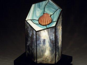 ピンクの貝と海の青のランプの画像