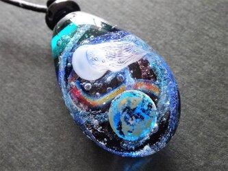 《宇宙クラゲ》 ペンダント ガラス とんぼ玉 クラゲ 銀河 地球 宇宙ガラスの画像