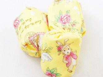 お手玉 蝶や花と戯れるうさぎ柄のたわら型 3つセットの画像