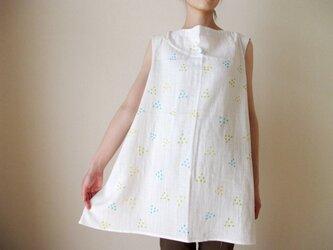 ダブルガーゼ(綿100%)のノースリーブシャツ(手描き染め・「水玉さんかく」)の画像