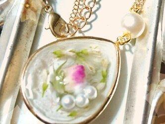 バラのつぼみ 白ライラックのペンダントの画像