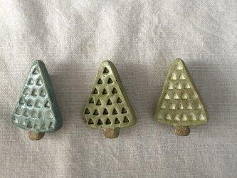 【陶土】三角の木 ブローチの画像