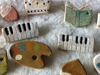 【陶土】鍵盤*ピアノオルガン ブローチの画像