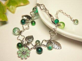 緑のお花のブレスレットの画像
