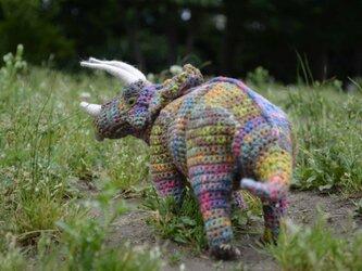 思慮深いトリケラトプスの画像