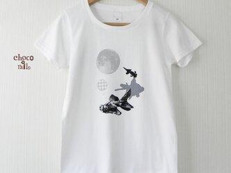 出目金と満月 白Tシャツ (黒×グレー)の画像