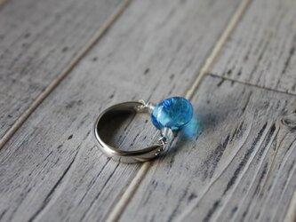 しずく形のプチ蜻蛉玉のリング(ブルー)の画像