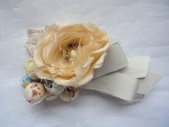 生成色のバラと実のコサージュの画像