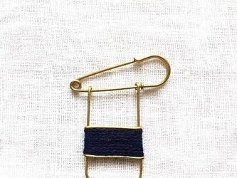 ブラスラインブローチ navyの画像