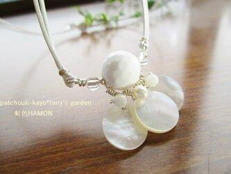 ホワイトオニキス&シェルのデザインネックレスの画像